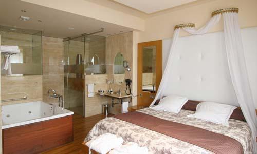 suite con jacuzzi en la habitacion 7