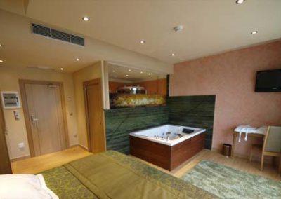 suite con jacuzzi en la habitacion 3